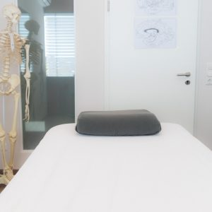praxis-ruhepunkt_behandlungsraum-mit-skelett