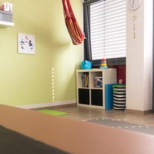 praxis-ruhepunkt_behandlungszimmer-mit-spielsachen